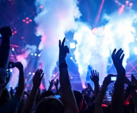 personas-bailando-en-concierto